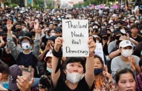 Thailandia, i manifestanti assediano la sede del governo