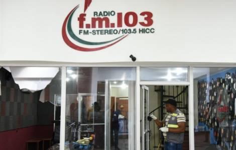 Un gruppo di uomini armati ha fatto irruzione nella sede della radio e ha cominciato a sparare a tutti