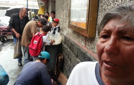 persone frugano nella spazzatura alla ricerca di cibo