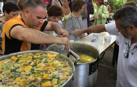 """La popolazione muore di fame, Caritas Caracas risponde con le """"pentole solidali"""""""